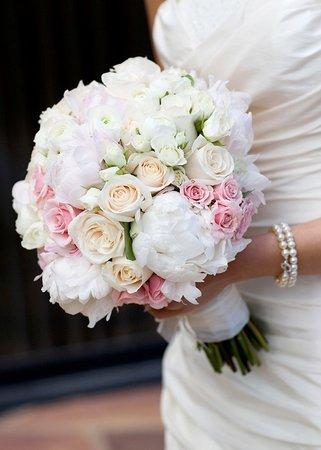 Witte en zachtroze rozen zijn een goede keuze voor een bruiloft met lichte kleuren.