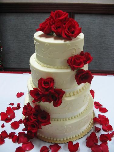 Bruidstaart zelf maken met rode rozen