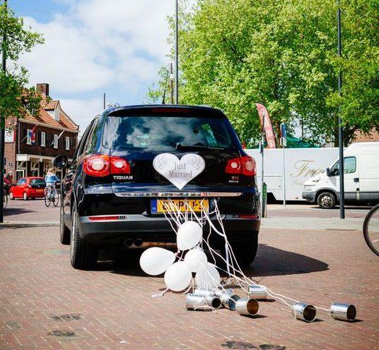 Zelfgemaakte versiering bruidsauto