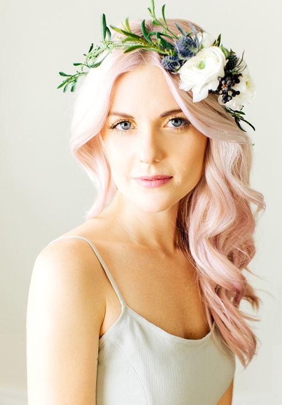 Losse haren met bloemenkrans