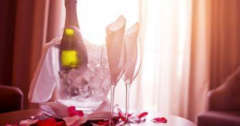 rozenblaadjes-en-champagne-voor-een-onvergetelijke-huwelijksnacht