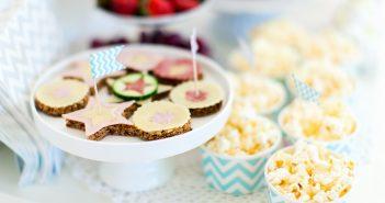 Mooi versierde feesttafel met popcorn en hapjes - shutterstock.com