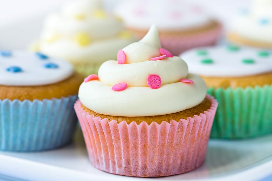Cupcakes versieren tijdens de bruiloft