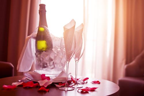 Rozenblaadjes en champagne voor een onvergetelijke huwelijksnacht