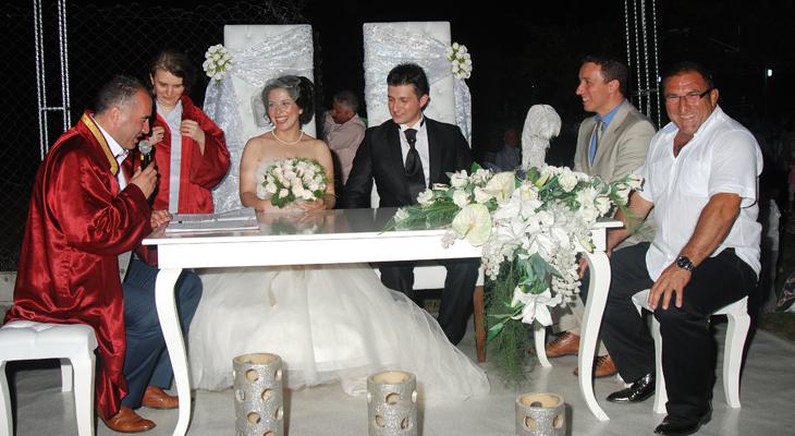 Vader spreekt bruidspaar toe