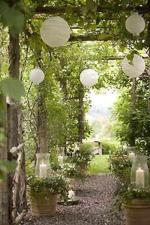 Witte lampionnen in tuin