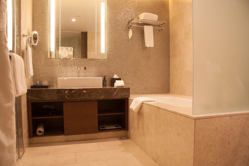 Warme badkamer in aardetinten